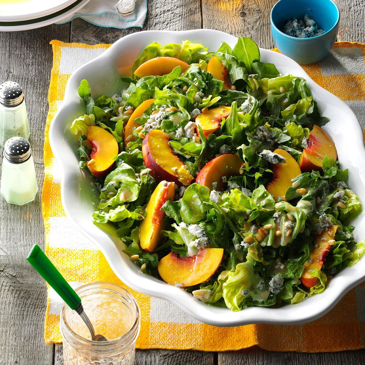 Летний салат с нектарином и рукколой