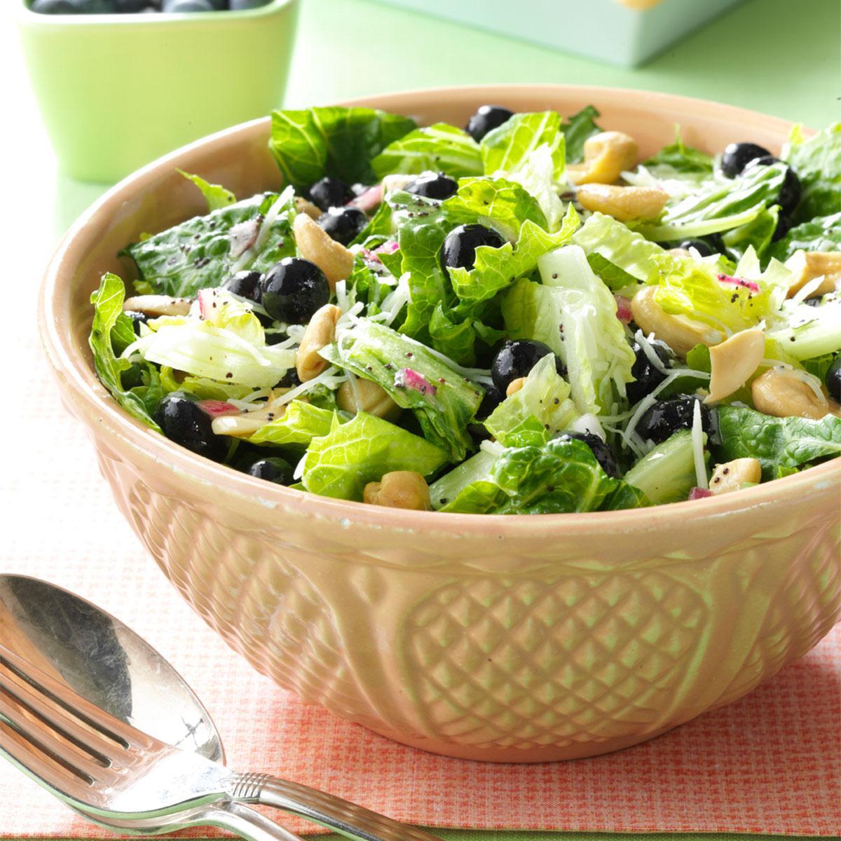 Универсальный салат с черникой