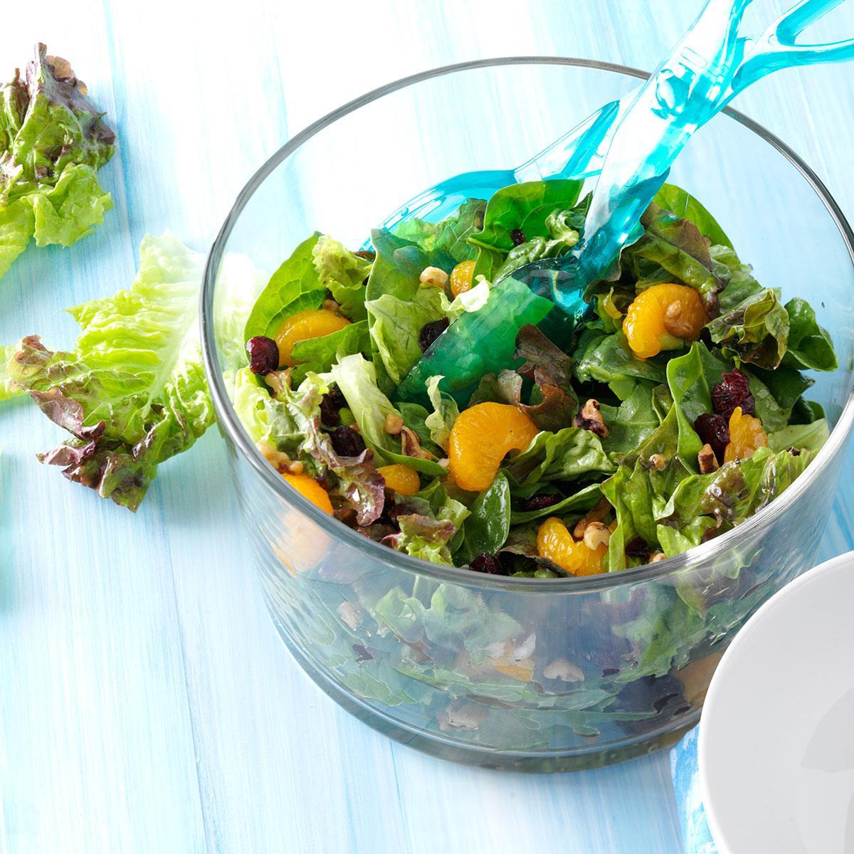Салат с мандаринами, клюквой и грецкими орехами