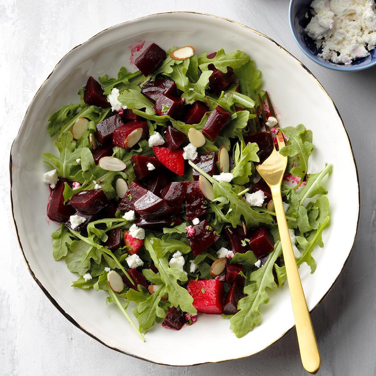 Салат с клюквой и запеченной свеклой
