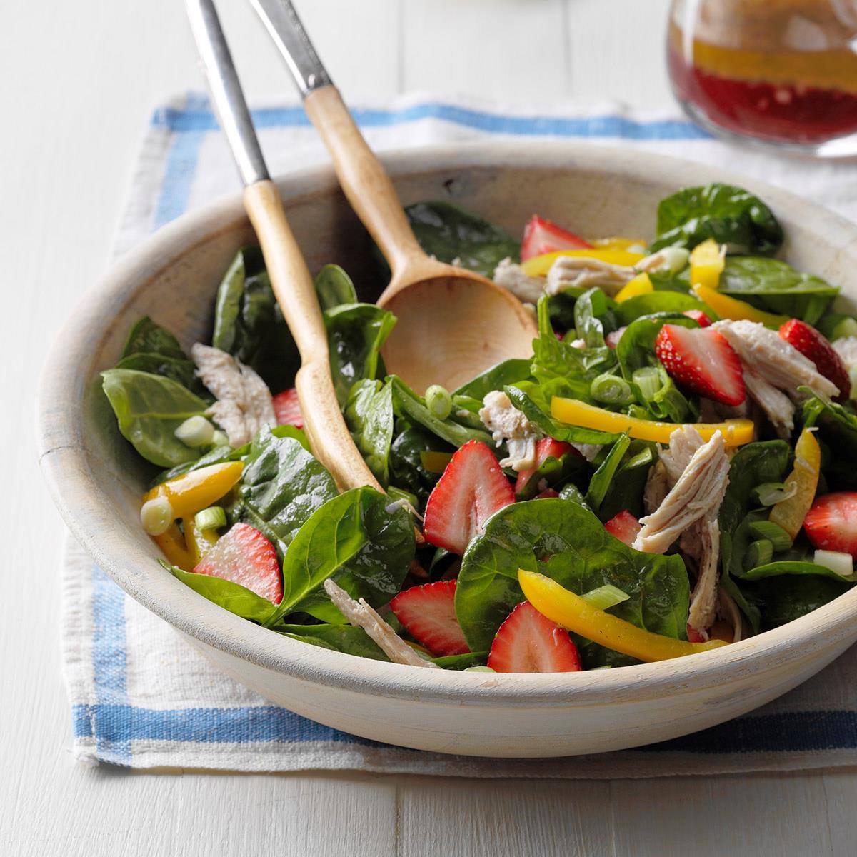 Салат с клубникой, шпинатом и индейкой