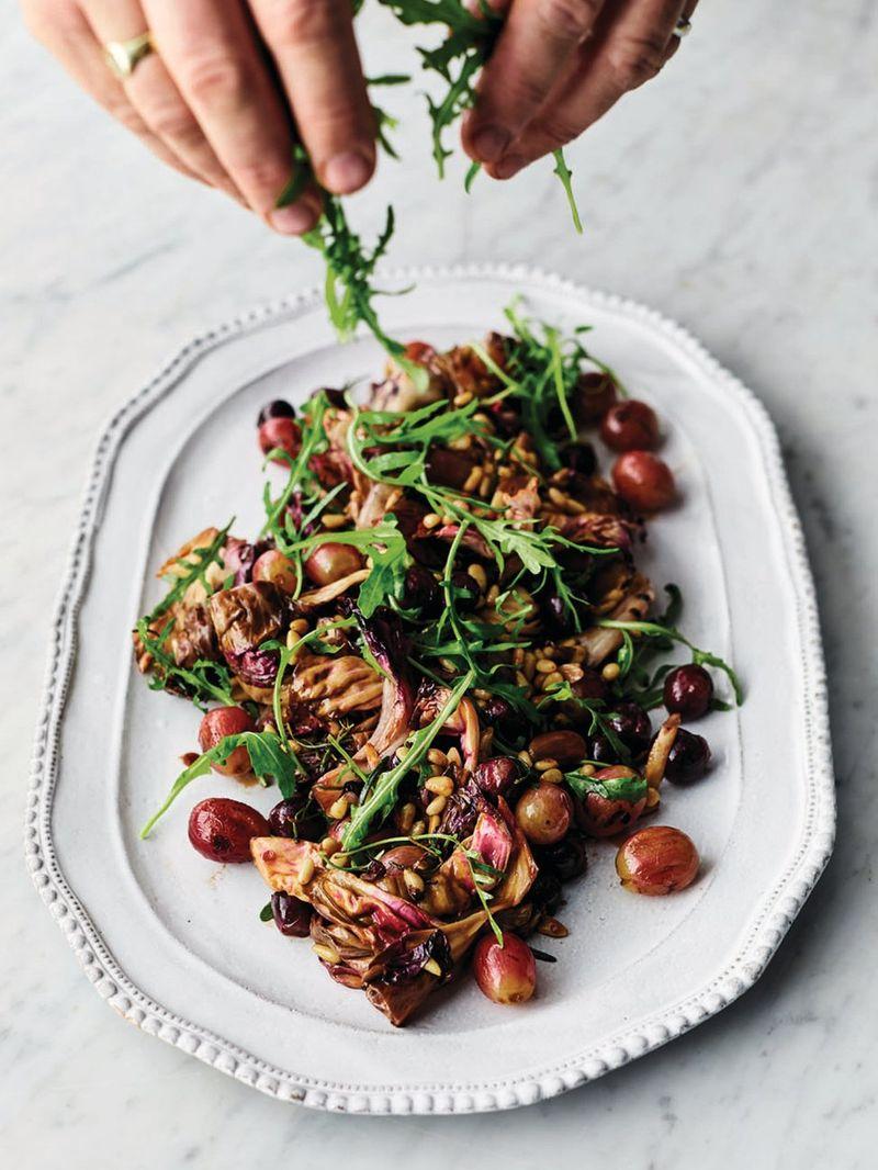 Теплый салат из винограда и радиччио