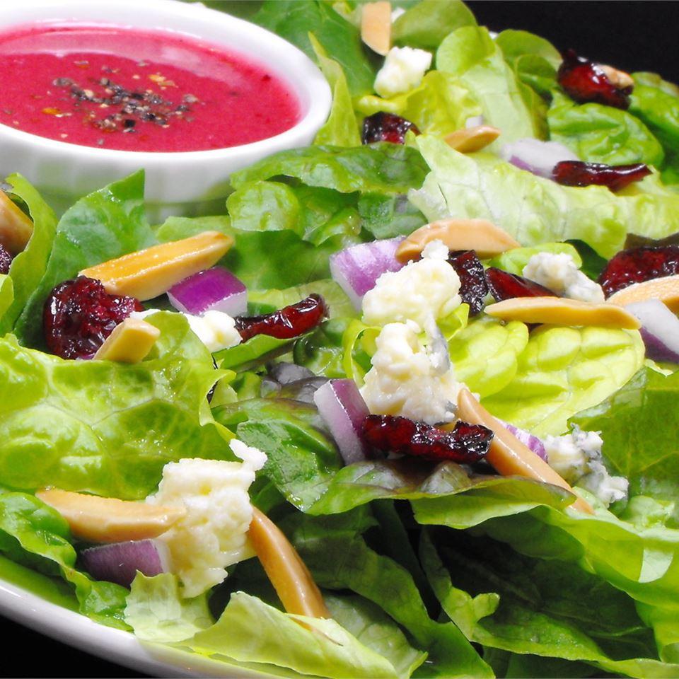 Зеленый салат с клюквенной заправкой 3